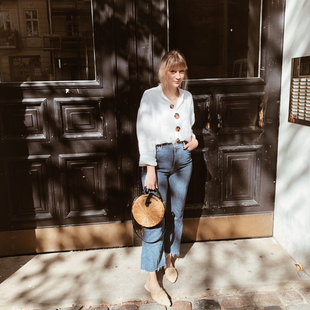 Girl Outfit Streetstyle Flared Jeans White Blouse Relax Blonde Bangs Bob